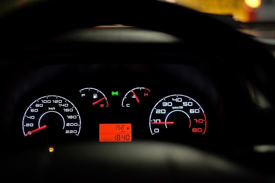 Cofanie licznika w samochodzie – jakie kary?