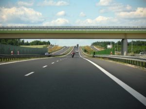 Jazda zgodna z przepisami – bezpieczny odstęp i prędkość