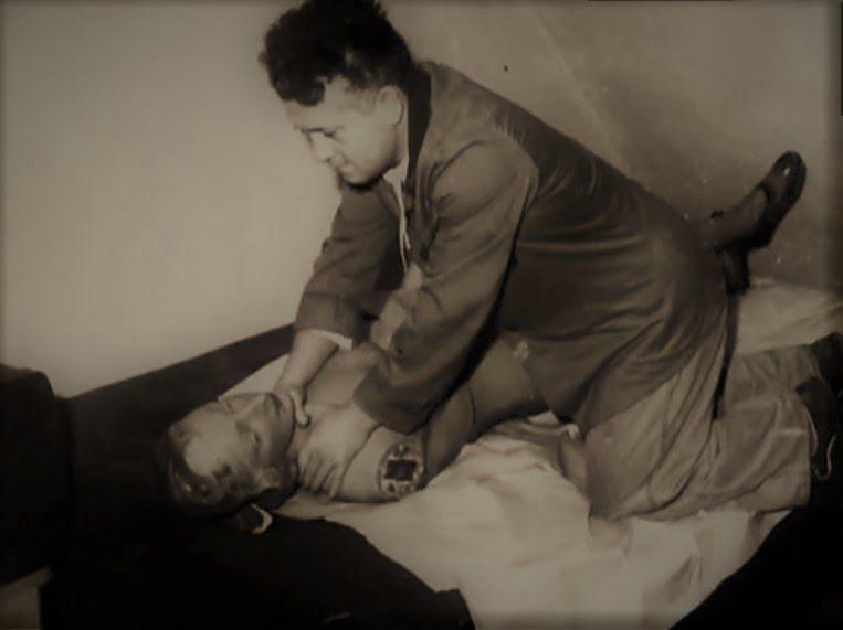 Bogdan Arnold rekonstruuje próbę zabójstwa przed funkcjonariuszami