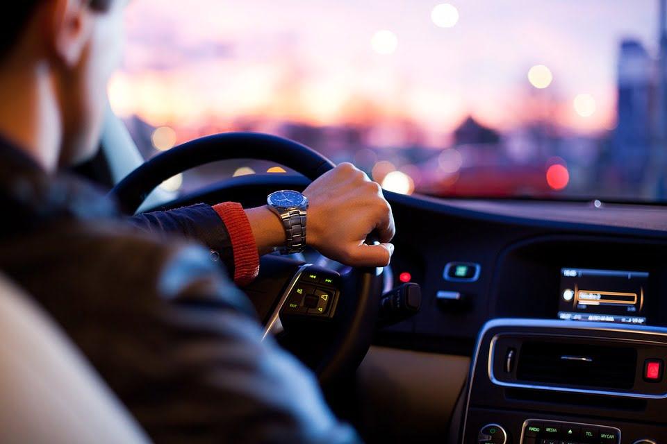 Używanie samochodu służbowego do celów prywatnych a składka na ubezpieczenie