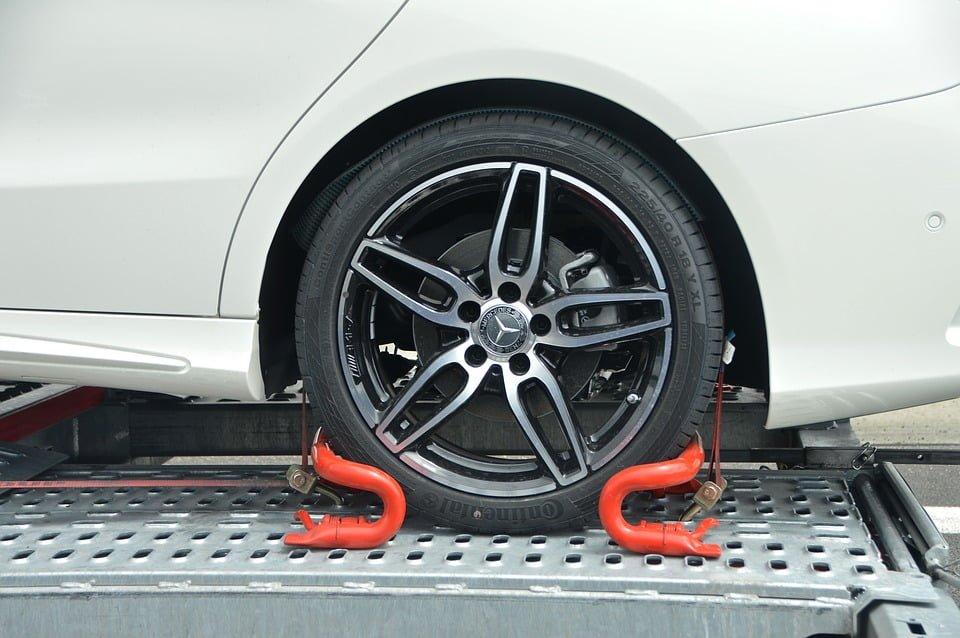 Czy właściciel prywatnego terenu może odholować zaparkowany pojazd albo zablokować koło?