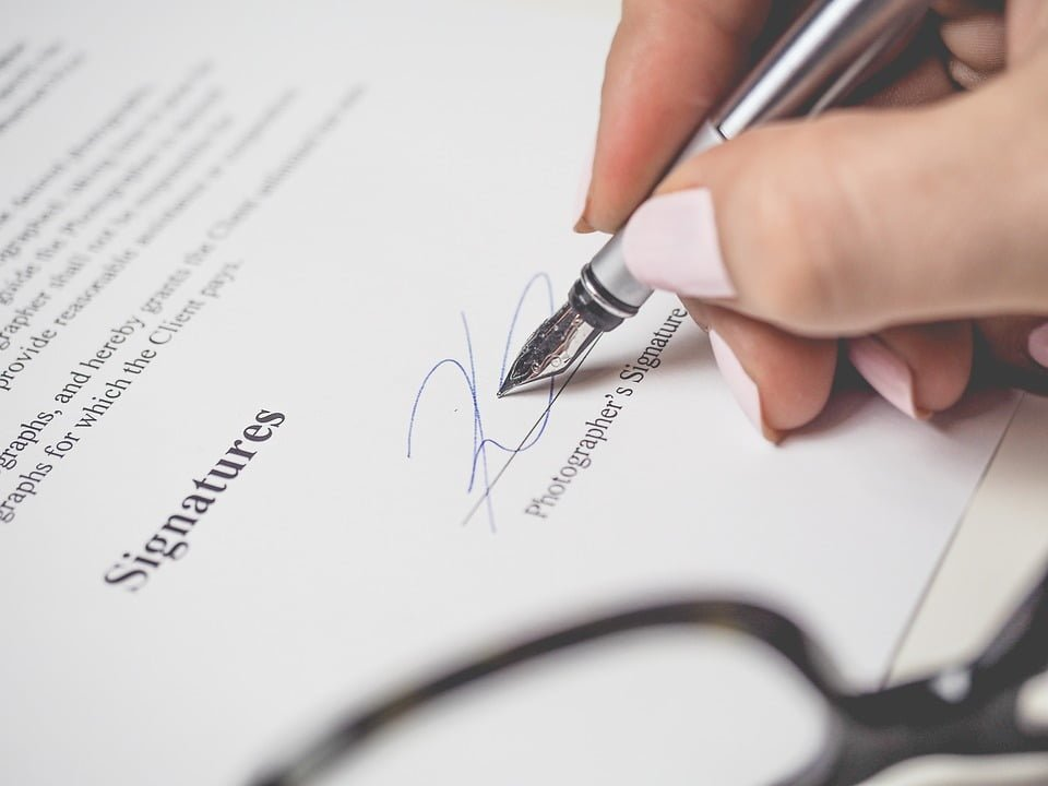 Kiedy parafka, a kiedy podpis?