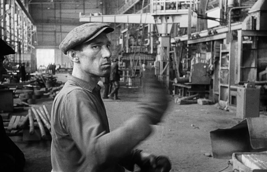 Robotnik w Hucie Warszawa, 1960 r. (fot. Tadeusz Rolke)