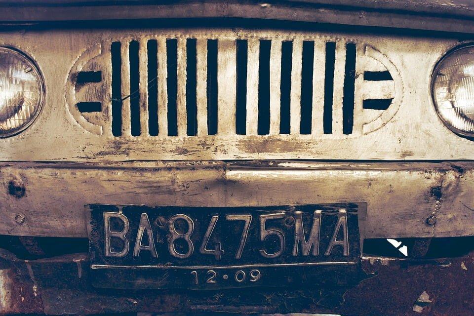 Małe tablice rejestracyjne w europejskim samochodzie. Czy coś za to grozi?