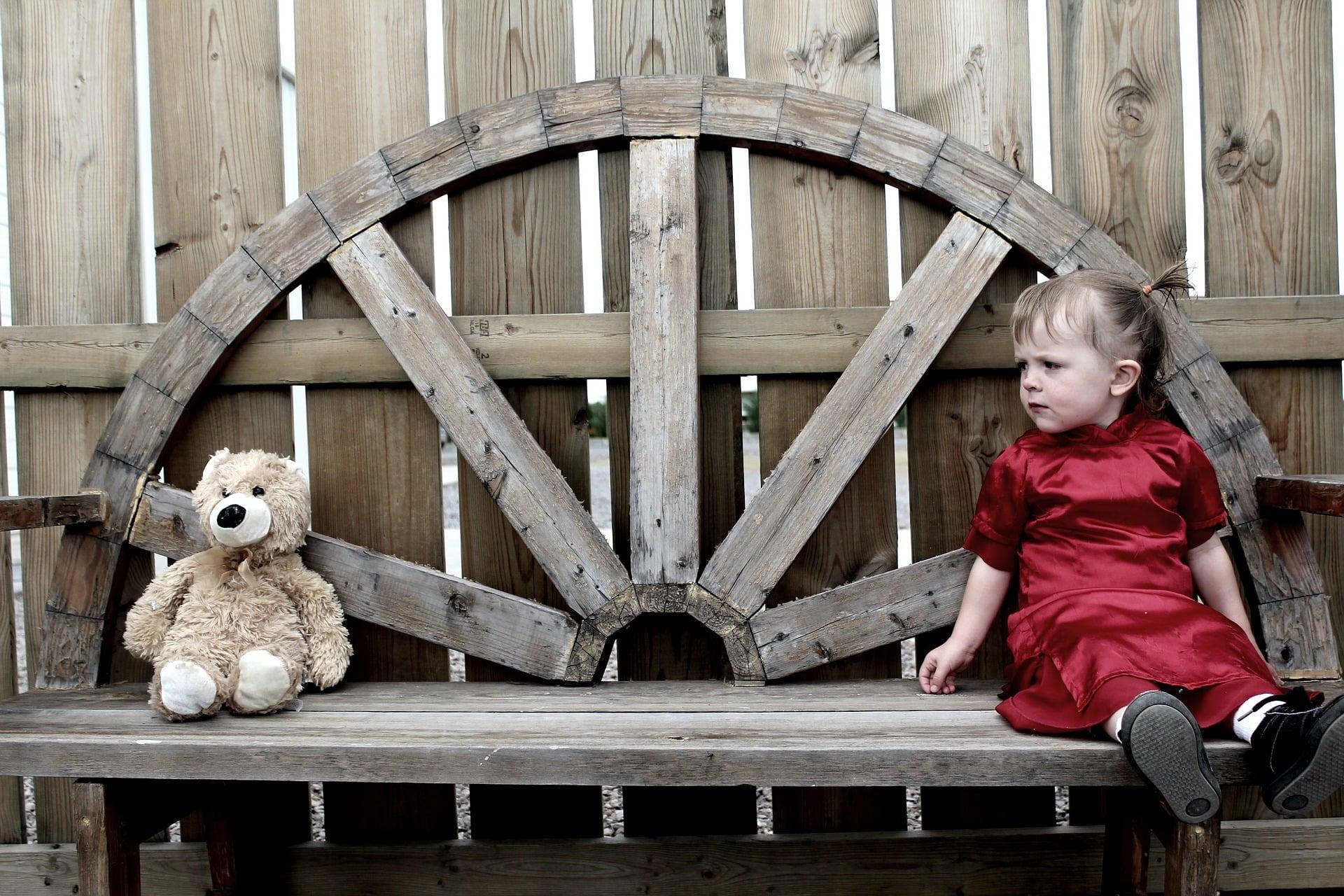 Prawo a inne systemy normatywne - mała dziewczynka i pluszowy miś