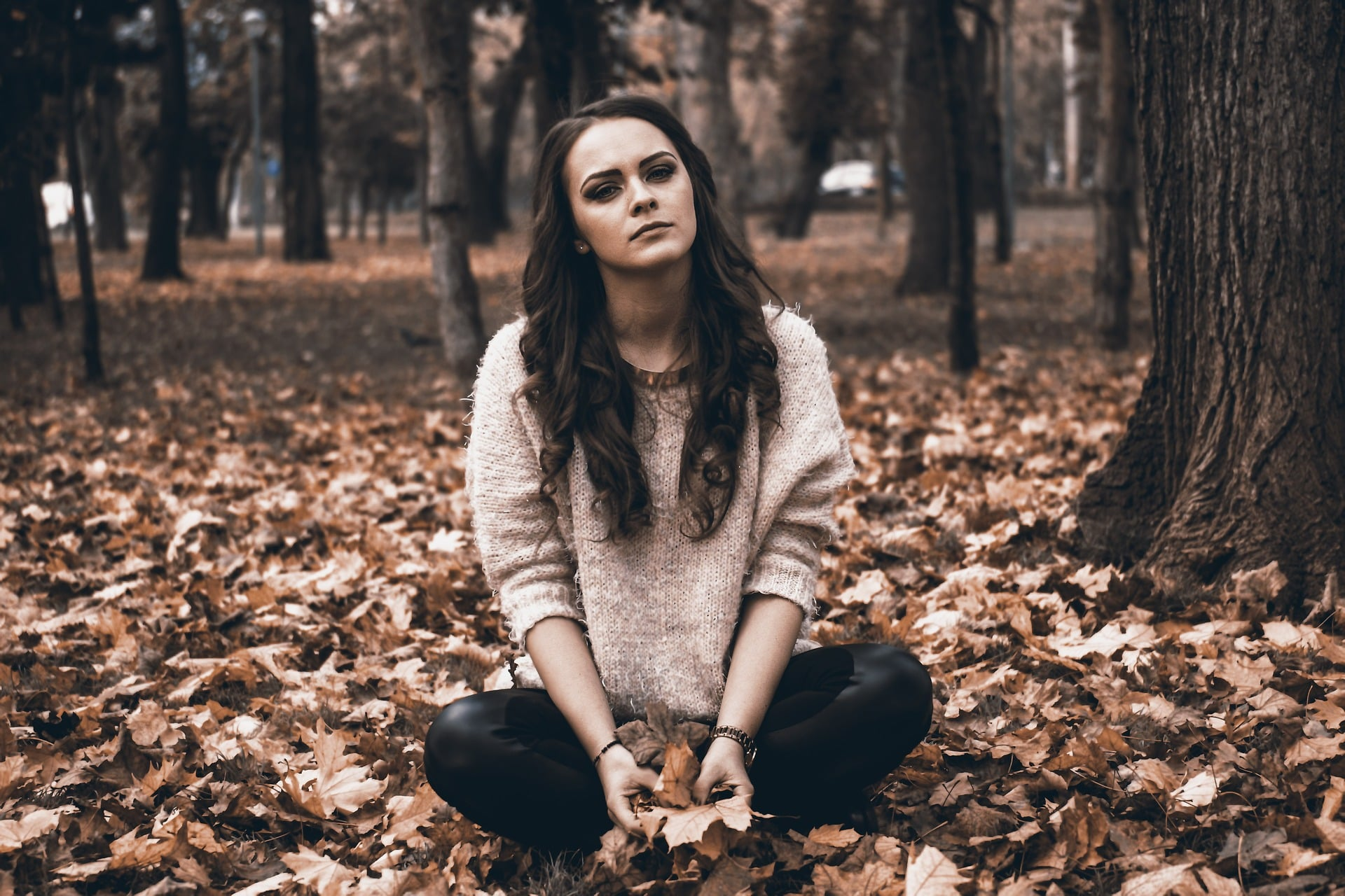 Prawo a moralność - myśląca dziewczyna w parku