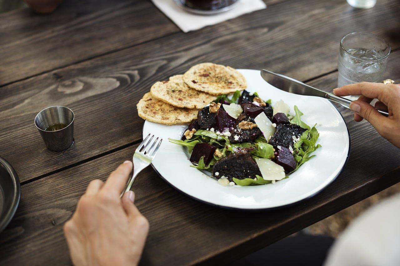 Posiłek w pracy - kiedy pracodawca musi go zapewnić?