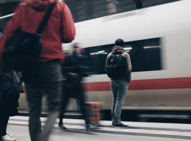 Opóźnienie lub odwołanie pociągu - kiedy przysługuje rekompensata?