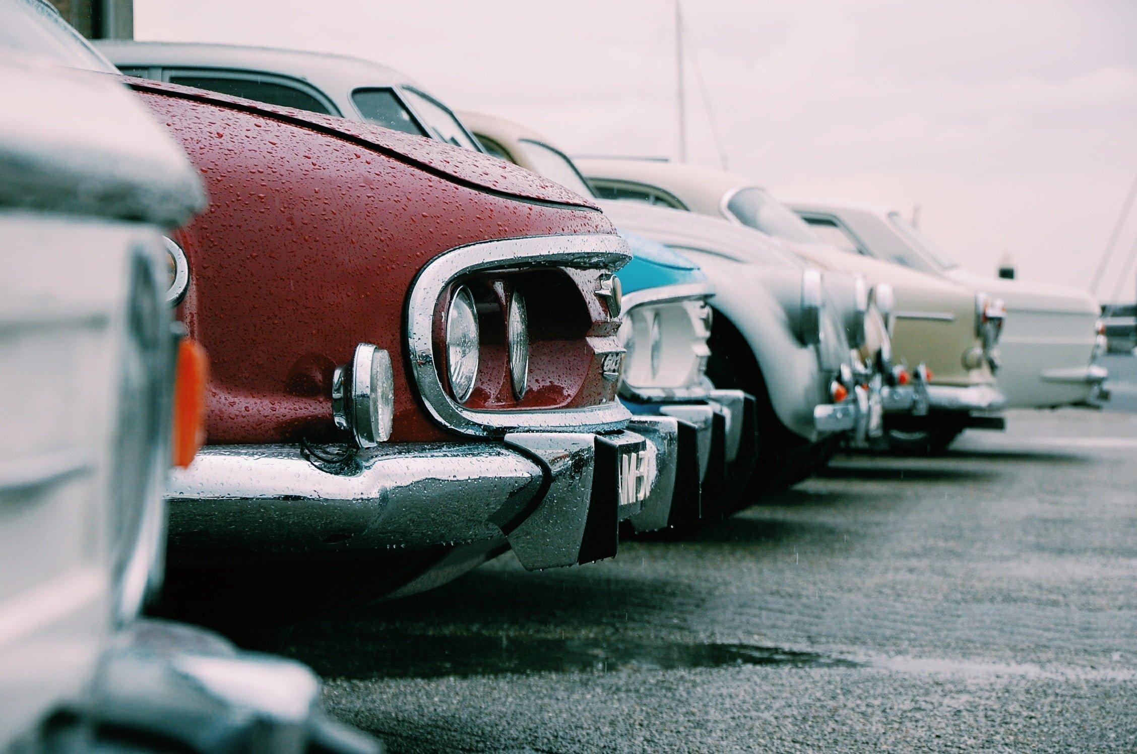 Chłodzisz samochód na postoju w upalny dzień? Grozi ci za to mandat