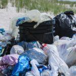 Czy sąsiad może trzymać śmieci albo złom na swojej działce?