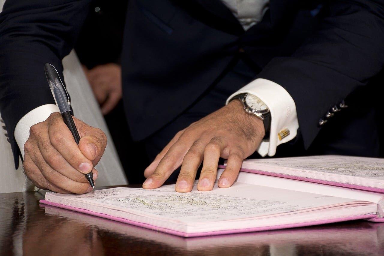 Kiedy parafka, a kiedy podpis? Czy podpis musi być czytelny?