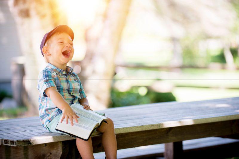 Spacer z dzieckiem po chodniku – czy rzeczywiście grozi nam mandat?