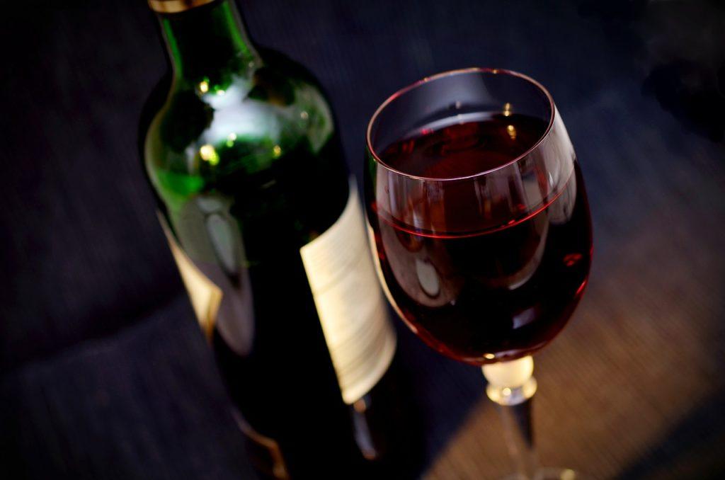 Reklama alkoholu w internecie (na zdjęciu: Wino i kieliszek)