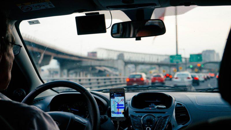 Korzystanie z telefonu podczas jazdy - co grozi za złamanie zakazu?
