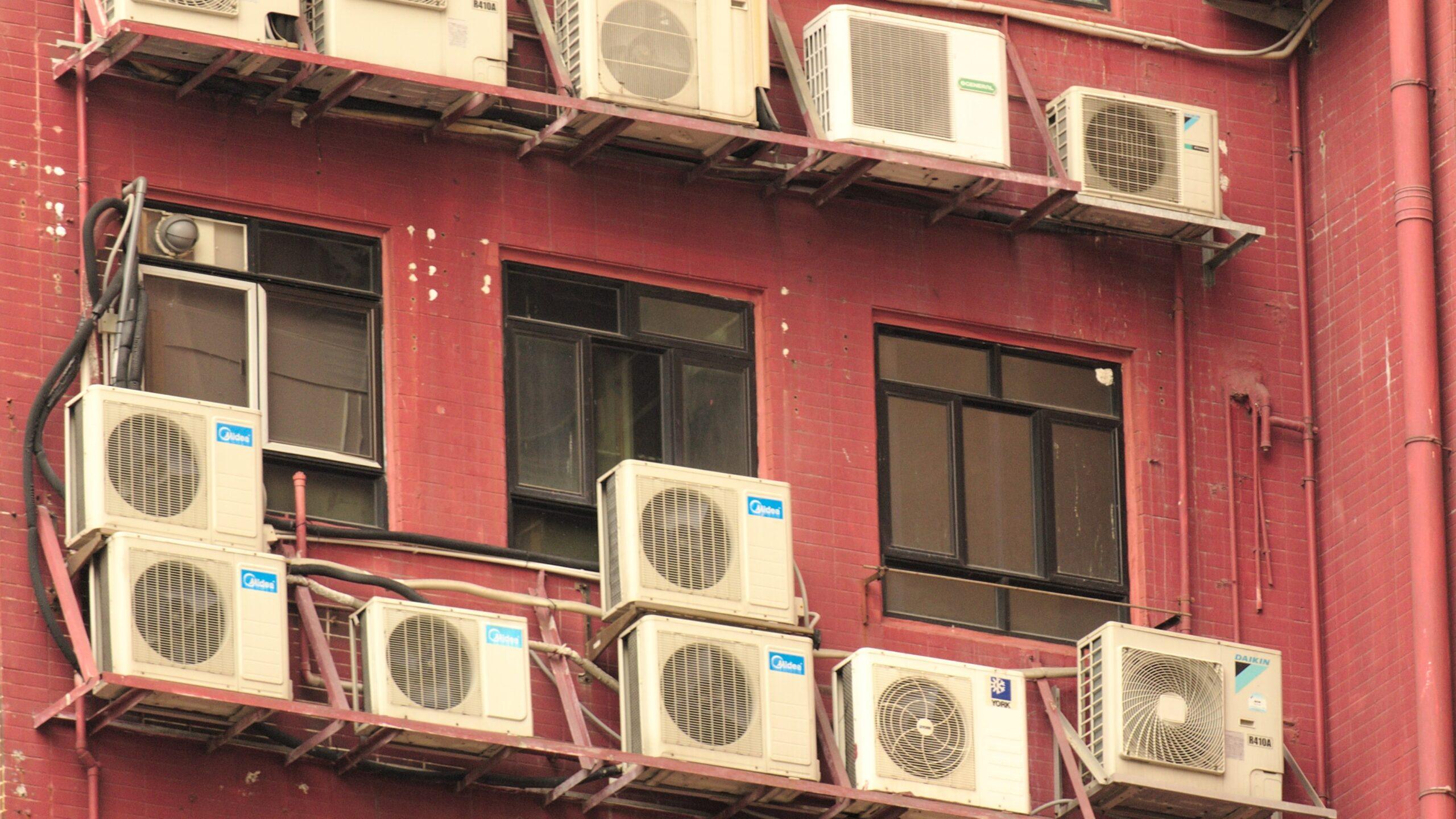Balkon a część wspólna nieruchomości. Czy można zamontować klimatyzator bez zgody wspólnoty?