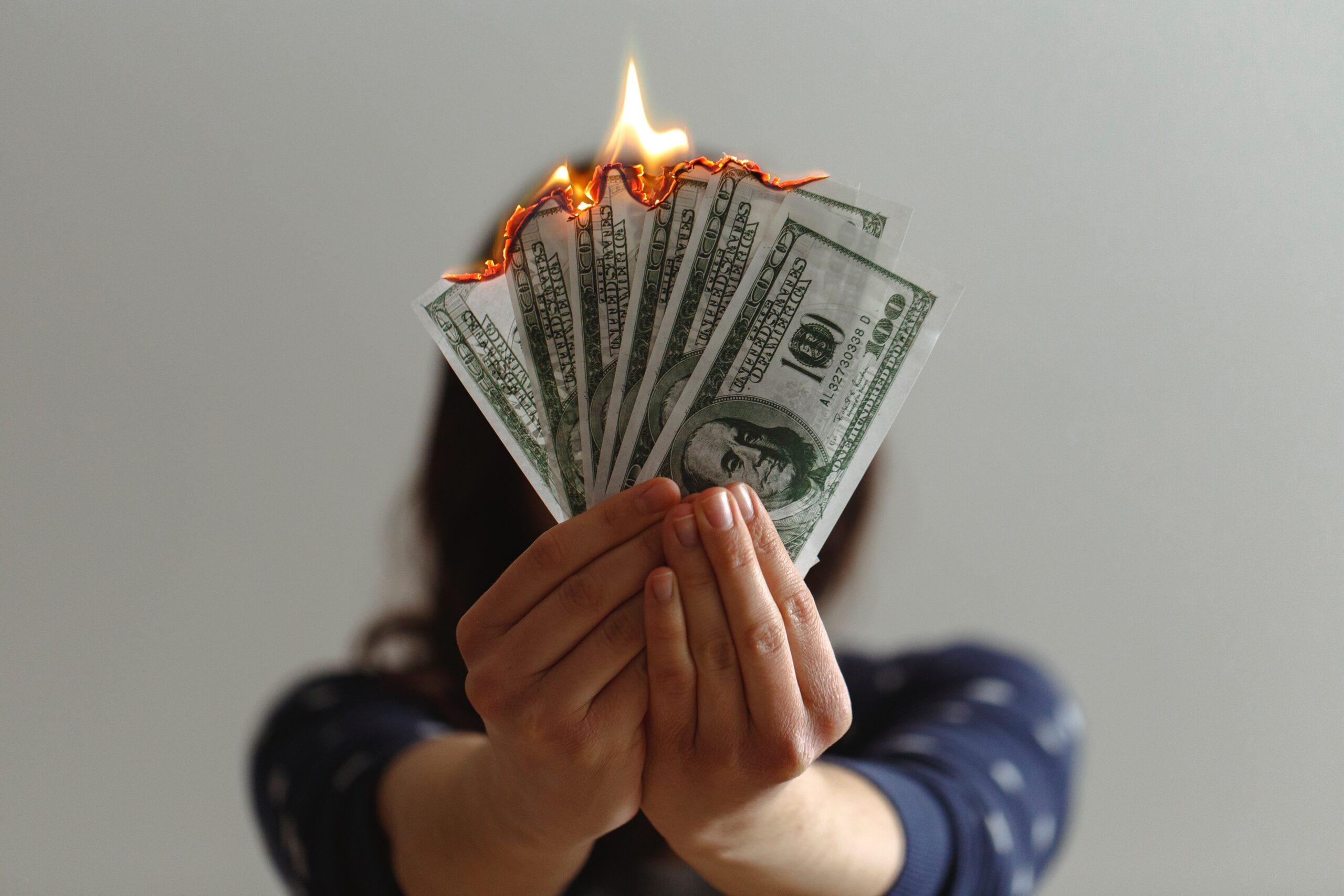 Czym jest defraudacja pieniędzy?