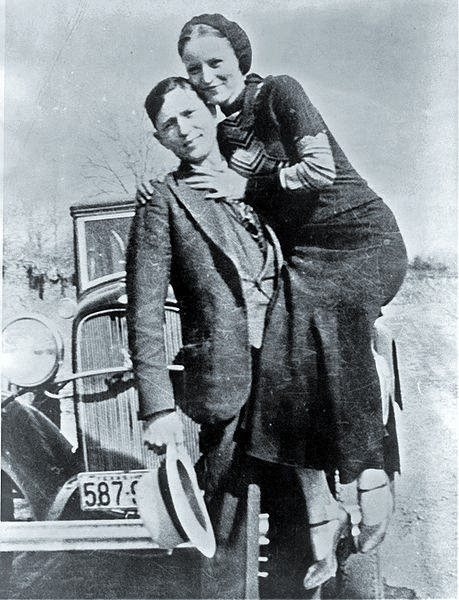 Bonnie i Clyde (w tle Ford V8)