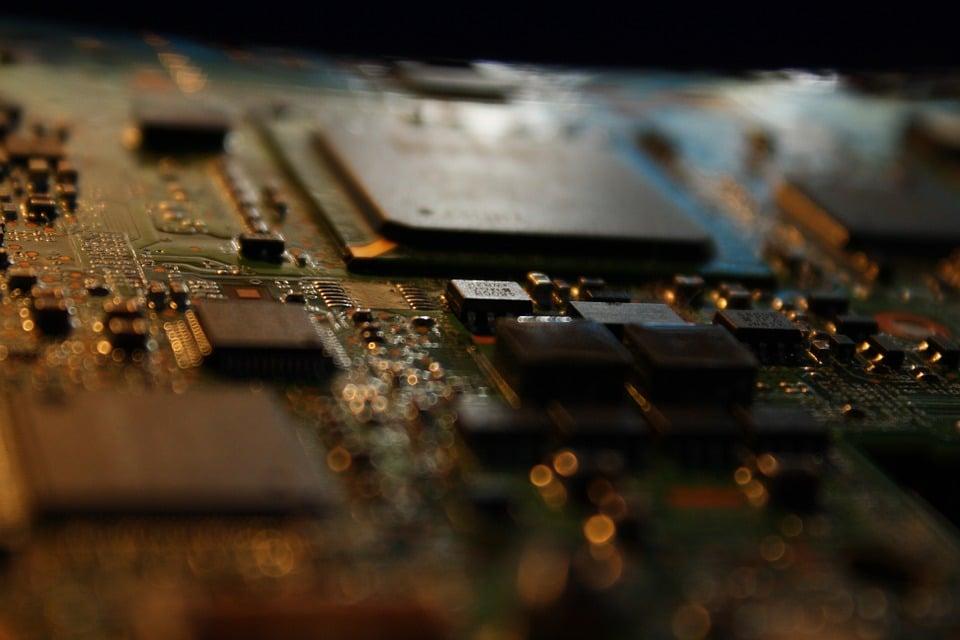 Rodzaje praw własności przemysłowej - płyta główna i procesor jako przykład układu scalonego